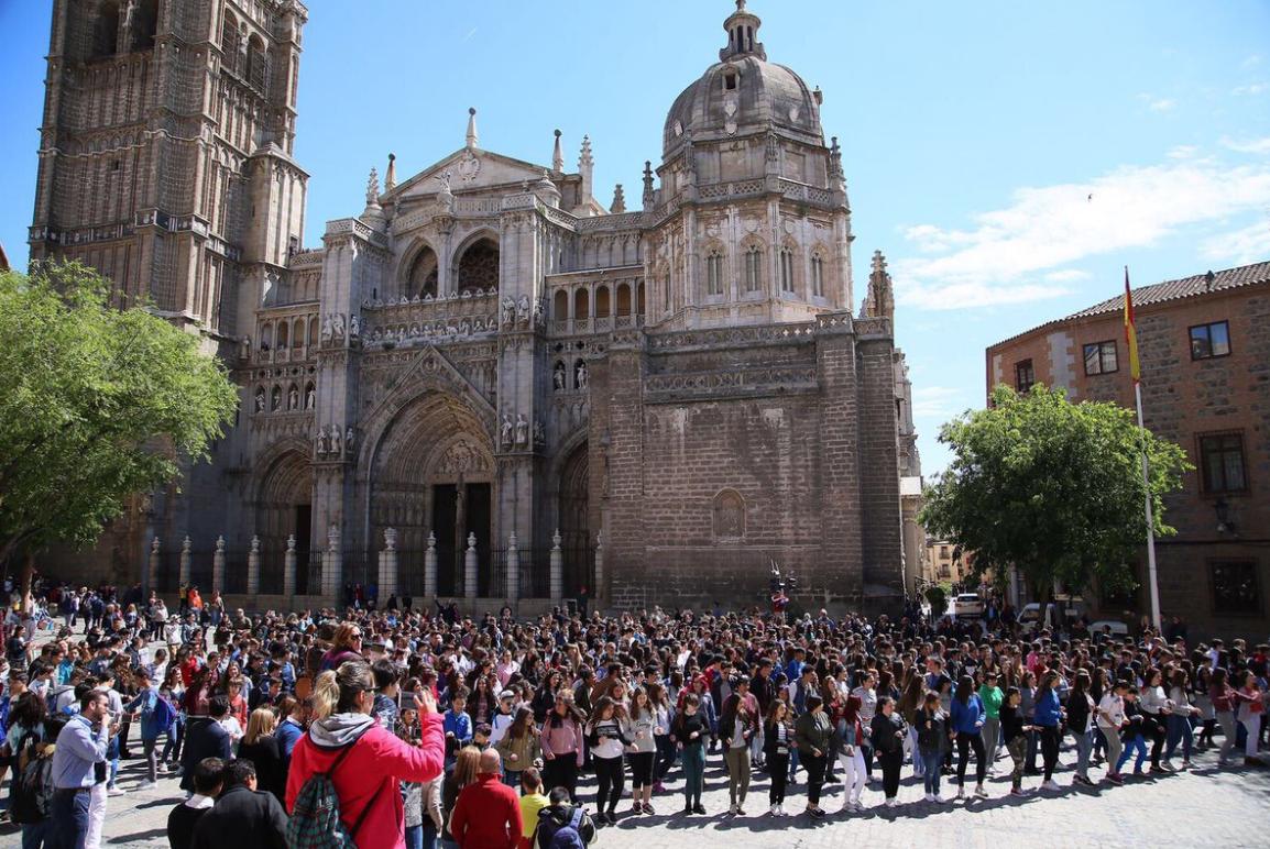 Alumnos y profesores de la región celebran en la plaza del Ayuntamiento de Toledo  'Musiqueando2017'