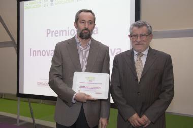 El profesor del IES Universidad Laboral, Pedro García, junto con el consejero de Educación de Castilla la Mancha, Ángel Felpeto, en la entrega de los Premios SIMO Educación 2016